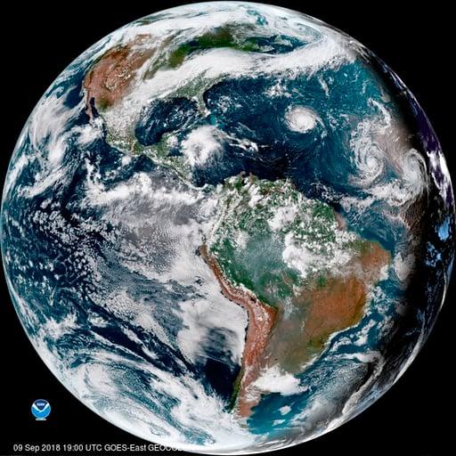 (NOAA via AP). Esta imagen de satélite proporcionada por la NOAA muestra al huracán Florence, tercero desde la derecha, en el océano Atlántico el domingo, 9 de septiembre del 2018. A la derecha aparece la tormenta tropical Helene, y el segundo desde la...